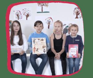Des enfants anglophones apprennent l'anglais à d'autres enfants