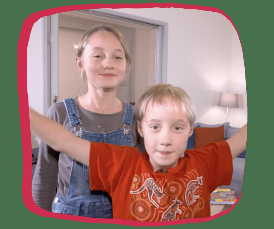 Deux enfants apprennent l'anglais à d'autres enfants en jouant