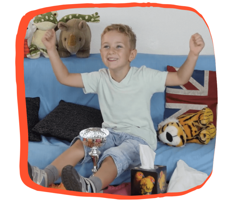 Enfant joyeux qui apprend l'anglais à d'autres enfants