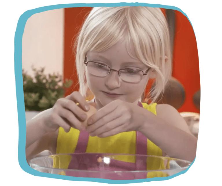 Jeune enfant qui apprend une recette de gâteau en anglais